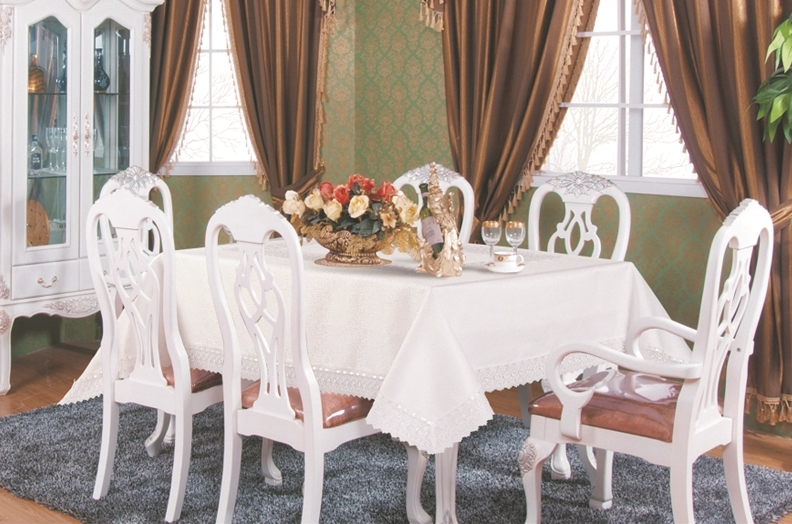 H088 Luxury Tablecloth in White - with centerpiece